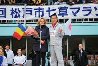 松戸市がマラソン大会にルーマニアのマラソン・競歩選手を招待したことがキャンプ受け入れのきっかけとなった。写真は本郷谷健次市長(右)とタティアナ・ヨシペル駐日ルーマニア大使(同市提供)