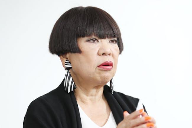 姉はコシノヒロコ、妹はコシノミチコ。ファッションデザイナーの3姉妹。登竜門の「装苑賞」を最年少の19歳で受賞し世界で活躍。東京五輪・パラリンピック組織委員も務める。