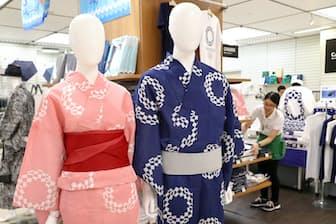 7月に販売が始まった東京2020大会公式グッズの浴衣(7月14日、東京都渋谷区の東急ハンズ渋谷店)