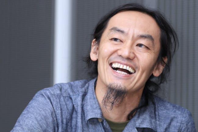 1968年東京都生まれ。横浜国立大学在学中からモダンダンスを始める。96年に男性だけのダンスカンパニー「コンドルズ」を旗揚げ。テレビ、CMの振付師としても活躍。