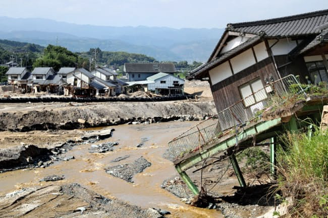 九州北部を襲った集中豪雨で被害を受けた家屋がいまだ残る杷木星丸地区(5日、福岡県朝倉市)