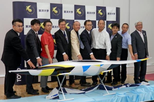 大学や都内の信金、町工場が連携して開発する「国産カヌー」の実験艇(8月1日、東洋大白山キャンパスで)