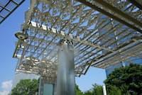 パナソニックが開発したミスト。高さ3メートルから噴射されるさまは煙のようにも見える(東京都江東区の展示施設「パナソニックセンター東京」)