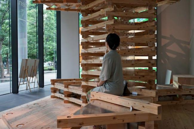 ベンチの座面の下には電子部品の「ペルチェ素子」が取り付けられている(東京都千代田区の日建設計本社)