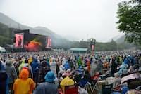 降り続く雨の中で熱いステージが繰り広げられた=中嶌英雄撮影