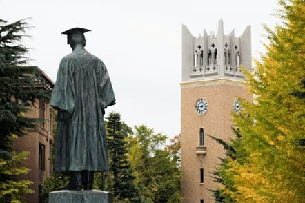 早稲田大学の大隈銅像と大隈講堂(東京都新宿区)