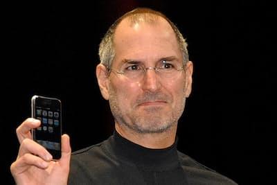 初代iPhoneをMacworld 2007で披露するスティーブ・ジョブズ氏(写真:三井公一、以下同)