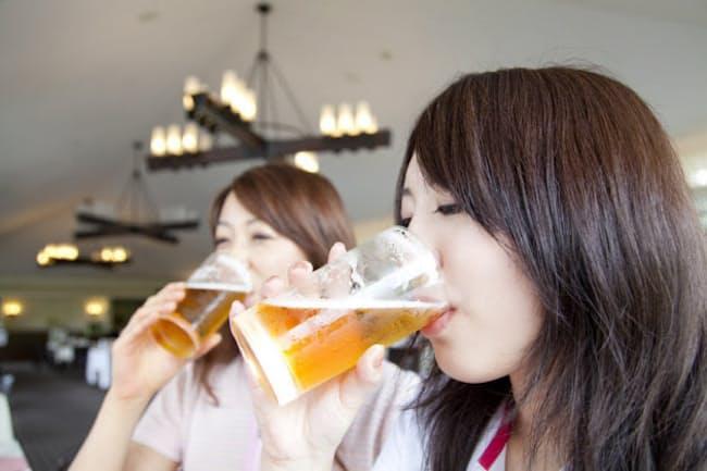 夏はビールの季節です。ついついジョッキを重ねてしまいますが、水だとこうはいきません。なぜビールだとたくさん飲めるのでしょうか(c)PaylessImages-123rf