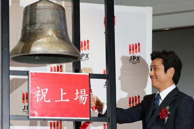 上場を記念して鐘を鳴らすリクルートの峰岸真澄社長