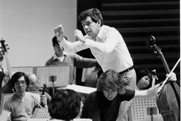 日本フィルハーモニー交響楽団第385回定期演奏会(1986年10月22日、東京文化会館)のリハーサルに臨む40歳当時のビエロフラーヴェク。チェロはジュリアン・ロイド・ウェッバー(C)松本克己