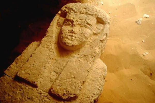 この石棺は、エジプトの首都カイロの南方にあるプトレマイオス朝時代の墓から見つかった。(PHOTOGRAPH BY EGYPTIAN MINISTRY OF ANTIQUITIES, AP)