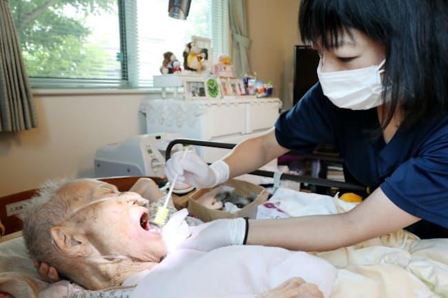 患者の自宅を訪問し口腔ケアをする歯科衛生士(東京都大田区)