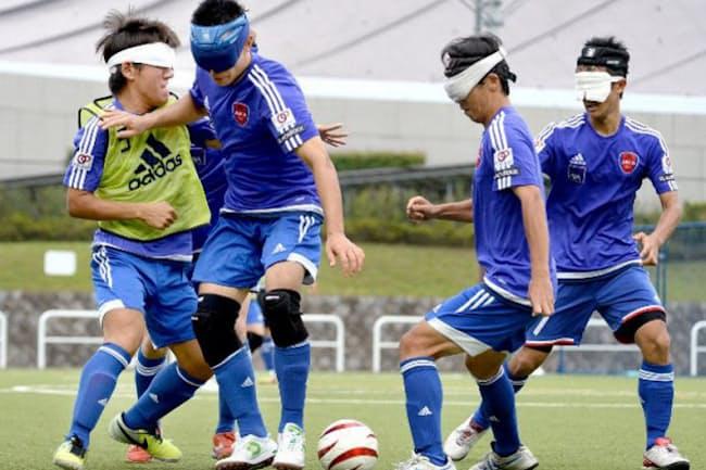 ブラインドサッカーは視界が完全に遮られているため、メンバー同士のコミュニケーションが重要になる(練習する日本代表メンバー、2015年8月撮影)