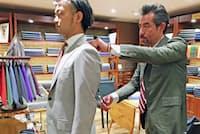 スーツ採寸のスペシャリスト、松屋銀座アトリエメイドの宮崎俊一部長(右)と粟竹将専任係長