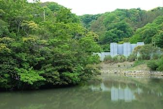 丘の上に立つ「海岸美術館」。森と庭園に囲まれた空間で時を忘れる