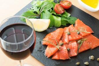 油を使った料理を食べてから飲むと、アルコールが小腸へ行くスピードを遅らせられる(PIXTA)