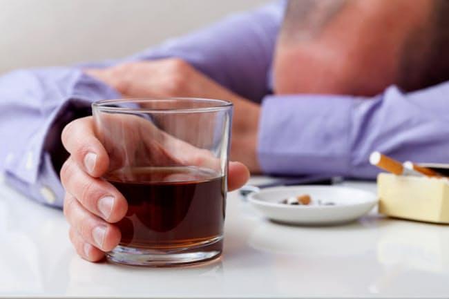 お酒を飲む際は、タバコが欠かせないという人も少なくないだろう。お酒とタバコをセットにすると、がんのリスクはどうなるのだろうか(c)Katarzyna Bialasiewicz-123rf