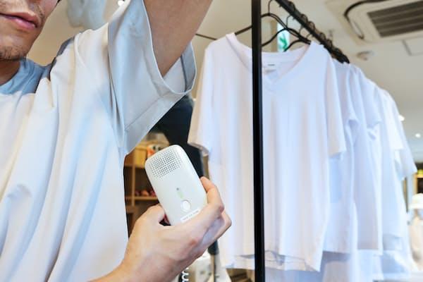 体臭測定器「クンクン ボディ」を試せる消臭機能つきシャツ売り場(東京都港区の「ニュートラルワークス バイ ゴールドウイン」)