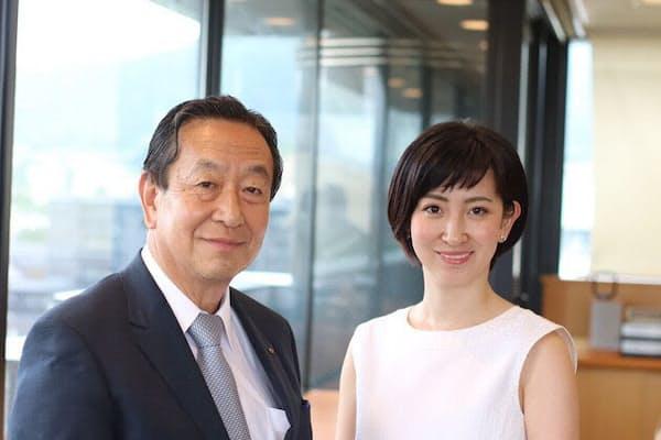 聖護院八ッ橋総本店の鈴鹿且久社長(左)と一人娘で専務の鈴鹿可奈子氏