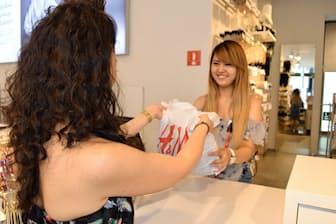 H&Mでは2013年から古着下取りを始めている(東京都渋谷区の「H&M渋谷店」)