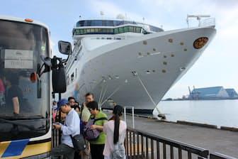 SSVの乗客の大半は、清水港から離れた場所にあるアウトレットモールに向かう(静岡市)