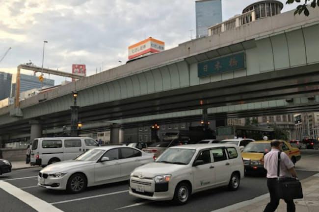 日本橋には1963年から首都高速道路の高架橋がかかっている(8月25日、東京・中央)