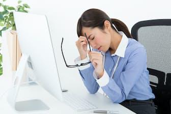 職場での疲労感に悩む人は少なくない PIXTA