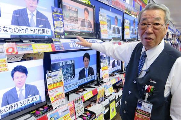 岩田さんは今も売り場に立つ(相模原市のノジマ相模原本店)