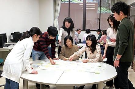 客員教授を務める追手門学院大学でのゼミ風景(写真中央上)