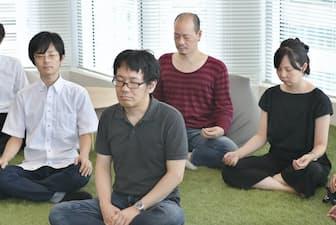 「マインドフルネス研修」で瞑想するヤフーの社員(東京都千代田区)