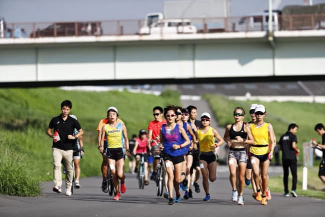 8月下旬のマラソン測定合宿で30キロ走を行う女子選手=日本陸連提供