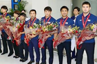 世界選手権から帰国した柔道日本代表の金メダリストたち(9月5日午後、成田空港)=共同
