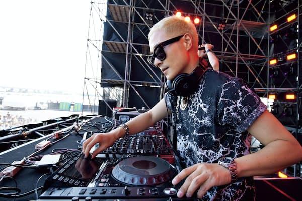 ライブに出演するVERBALさん(2016年5月22日、三重県桑名市のナガシマスパーランドで)