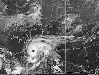最盛期を迎え中心気圧が935ヘクトパスカルまで下がった台風18号は、目がくっきりして雲の渦が引き締まっている(14日午後9時、気象庁ホームページから)