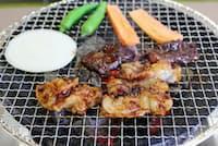 味噌ダレにつけたホルモンは七輪の炭火で焼く(脇田屋本店、三重県松阪市)