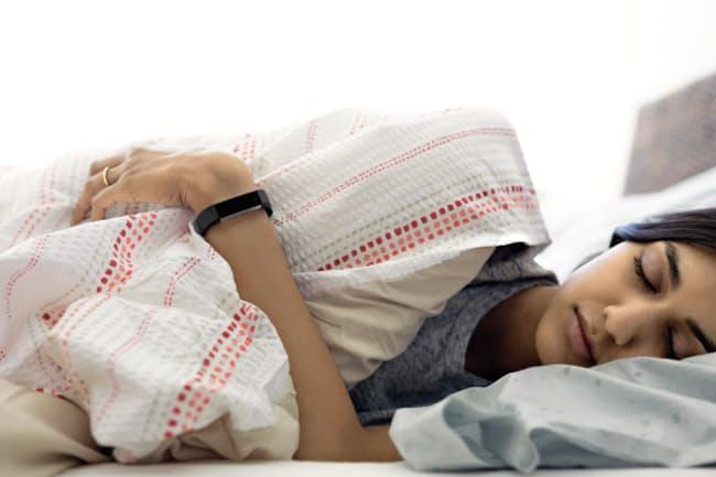 Fitbit Alta HR。寝た時でも邪魔しない軽さと細さが特徴