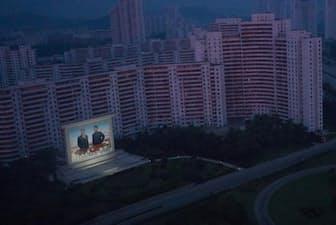 平壌。ライトに照らし出される元北朝鮮最高指導者、金日成と金正日のモニュメント。(PHOTOGRAPH BY DAVID GUTTENFELDER, NATIONAL GEOGRAPHIC)