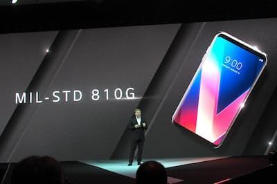 デュアルカメラや縦長画面に加え耐衝撃性能が新たなトレンドになりそうだ。写真はLGエレクトロニクスの「LG V30」。米国防総省が定めたMIL規格(MIL-STD-810)に準拠する耐衝撃性能を特徴の一つとしている