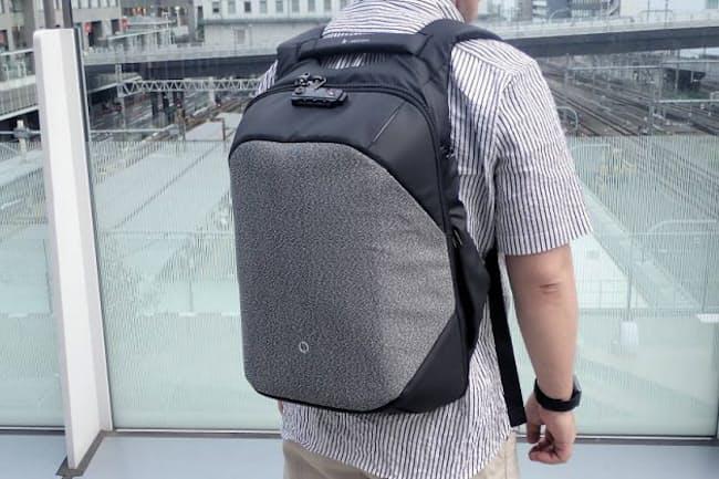Korin Design「Click Pack Pro」(2万4800円)。グレー部分は切りつけられても大丈夫な素材でできている