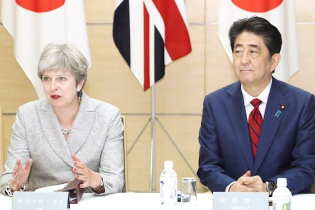 英国のメイ首相(左)はNSCの特別会合にも参加した(8月31日午後、首相官邸)