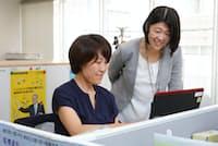 日立労組の書記長を務める半沢美幸さん(右)と中央執行委員の新海直子さん