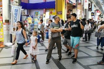 外国人観光客らでにぎわう商店街(大阪市)