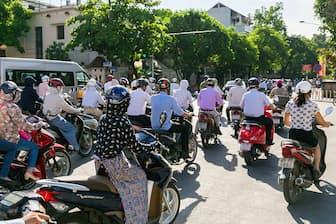 ベトナムを走る大量のバイク。よく見ると日本メーカーも多い 写真=PIXTA
