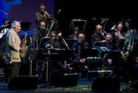 挟間美帆(右端)がディレクターを務めた「JAZZ100年プロジェクト」。クール・ジャズの時代を代表するリー・コニッツ(左端)もソロイストとして登場した=市川幸雄撮影