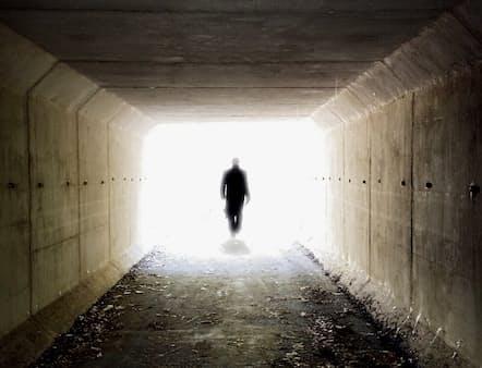 死の淵をさまよった人の多くが、目のくらむようなまぶしい光を見たと語る。映画などに描かれる臨死体験は真実なのか?(Peter Janelle/Eye Em/Getty Images)