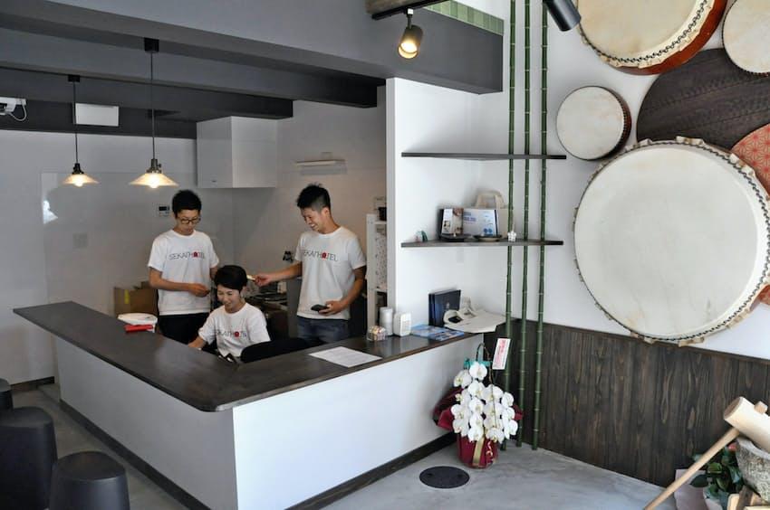 SEKAI HOTELは共通のフロントを設置し近隣住民の信頼を得ている(大阪市此花区)