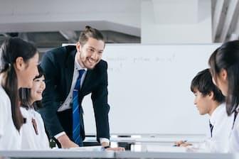 中高では外国人講師の授業が増えそうだ=PIXTA