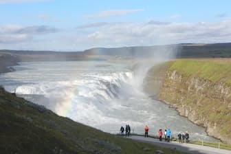 豪快な水煙に虹がかかる。ゴールデンサークルの一つ、氷河が溶け落ちるグトルフォスの滝
