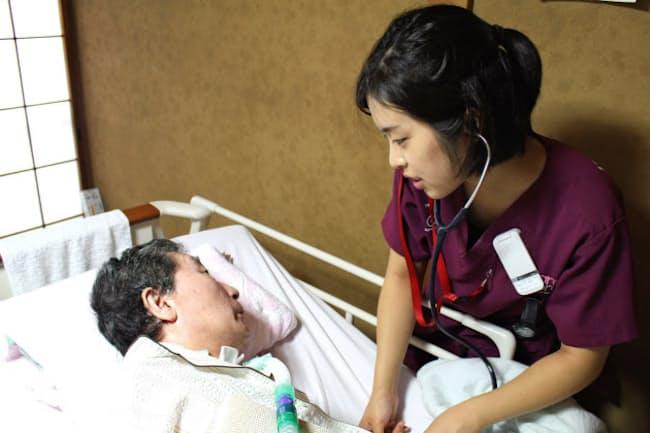 井上さんの看護にあたる新卒訪問看護師の黒堀さん(東京・渋谷)