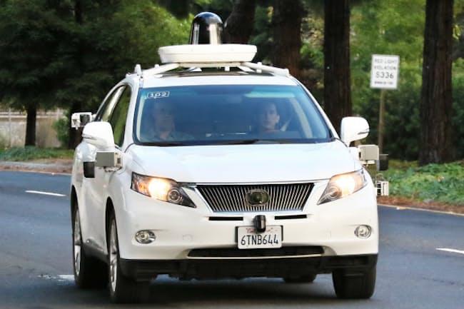 テスト走行で公道を走るグーグルの自動運転車(米カリフォルニア州)